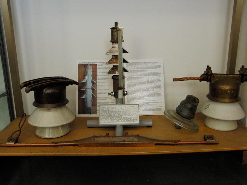 Isolatore in teflon al museo di Trieste delle Ferovie dello stato offerto da Italo magos realizzato con le sue consulenze al produttore Rebosio nel 1965